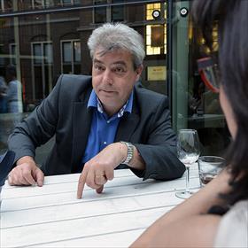 Elders rollen de spannende verhalen al over tafel. Jan de Weijer (grafisch vormgever De Weijer Design).