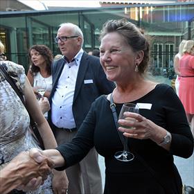 Uitgeversfeest =mensen ontmoeten met wie je intensief samenwerkt en die je nog nooit hebt gezien. Ineke van Bronswijk (vertaler).