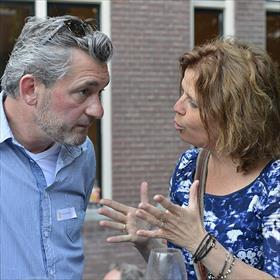 Sommige mensen doen écht niets liever dan over werk praten. Tonny Klaassen (sales manager VBK), Caroline Mouwes (commercieel directeur VBK).
