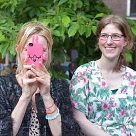 Het roze smart Phone hoesjeis niet van Nijntje, maar van Marc Jacobs. Rehts Nicole Teunissen (freelance redacteur).