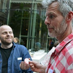 Florus van Rooijen (stemacteur) geeft Bert Holtkamp (desktop publisher en illustrator) zijn Flip Fiasco button.