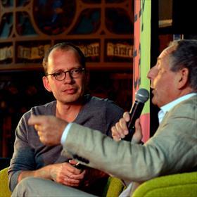 Elders in Zwolle leert Jasper Henderson, in de statige Statenzaal heel veel overMozart vanYves Knockaert (auteur van Wolfgang Amadé. Een biografie. Uitgeverij Polis).