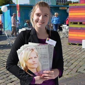 Iris Hofman (Project manager branxtension voor NBD Biblion), zeer in haar sas met het eerste nummer vanDe Boekensalon. Voor lezers en leesclubs.