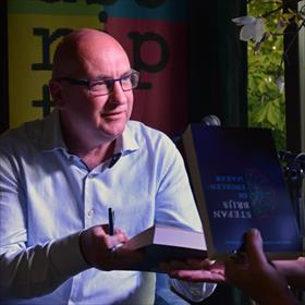 In de serre vanVilla Hofvliet signeert Stefan Brijs (auteur De Engelenmaker, uitgeverij Atlas Contact).
