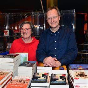 Dan betreden boekenvakkers de arena: Erik de Bruin(secretaris Albert Hogeveen Bokaal) met de felbegeerde sculptuur.