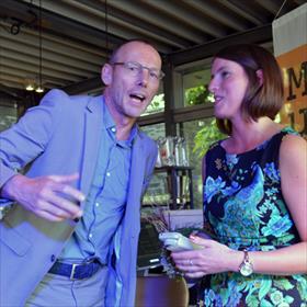 Herman van Haaren (Boekhandel Gianotten Mutsaers, Tilburg) feliciteertLisa Snijders.