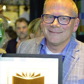100.000 exemplaren verkocht van Dat heb ik weer! van Carry Slee, in ontvangst genomen door Martijn Griffioen (directeur Overamstel uitgevers).