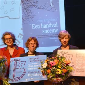 We beginnen binnen: in hetOdeon theater reikt Margot Dijkgraaf (juryvoorzitter) de Europese Literatuurprijs 2015 uit aan Jenny Erpenbeck (auteur) en Elly Schippers (vertaler).