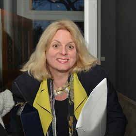 Overigens nemen opvallend veel mensen zelf wijn mee. Geneviève  Waldmann (o.m. voorzitter Stichting CPNB).
