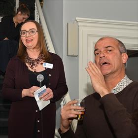 Hallo! Hierheen! Tijd voor loftuitingen. Anne Schroën (directeur a.i. Koninklijke Boekverkopersbond – KBb),  Michael van Everdingen (scheidend directeur KBb).
