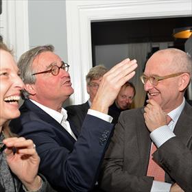 De tas roept veel reacties op. Alex Schade (commercieel manager, De Nederlandse Boekenbon) en Rob van Schaijk.