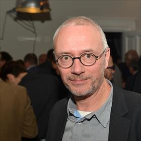 Geert Joris (directeur Centrum Ronde van Vlaanderen, oud-voorzitter Boek.be). Ooit bekend als 'de olijke drieling': Van Everdingen-Van Nispen-Joris. Nu allen buiten het boekenvak werkzaam. Nou ja, bijna erbuiten. 'Ik sta er nog met drie tenen in.'