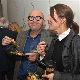 En/of trek van krijgen. Ad Peek (directeur, Boekhandel Van de Velde, Noord Nederland) en Judith Schellingerhout (ex-KBb-collega).