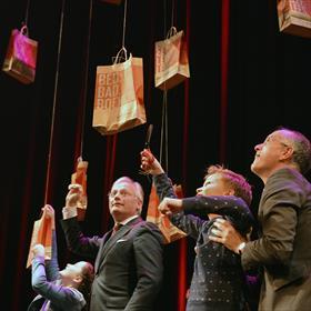 Vier kinderen en vier burgemeesters op jacht naar de juiste tassen.