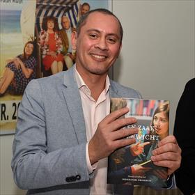 Tim Koolmees (boekhandel Broekhuis) met jubileumboek.