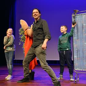 Christiaan Bloem (theatergroep Meneer Monster) als Supervinger. Het personage uit deel 1 en 3 van 'De waanzinnige boomhut'-boeken met hulp van vrijwilligers uit het publiek.