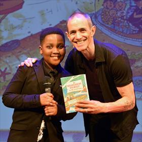 Darryl Amankwah, Andy Griffiths (auteur) met het nieuwe Nederlandse boomhut-boek, vertaald door Edward van de  Vendel.