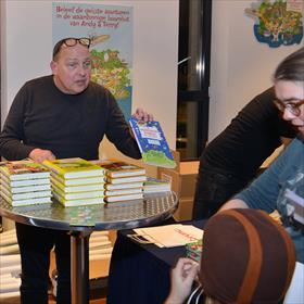 Boekverkoop door Mark Vermeer, (eigenaar Bruna IJburg).