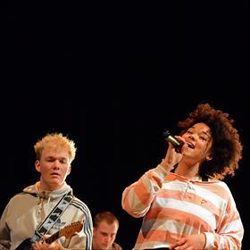 Dance|Funk van de Dordrechtse band Funkanizers, met o.a. Filip Schrijver (gitaar) en Louisa Brunhoso (zang).