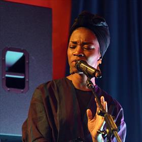 Sabrina Starke (zangeres) past perfect in het festivalthema 'Privé': ze is daar zeer op gesteld. En zingt, als altijd, de sterren van de hemel.
