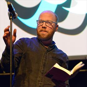 Arm Helmond. Martijn Neggers leest uit 'Spoetnik' (Nijgh & Van Ditmar).