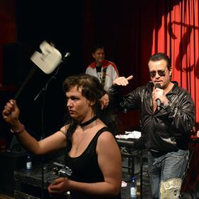 We sluiten af met Hausmagger. 'Schijtgoeie muziek in een kneiterdikke liveshow.' Theo Wesselo (Rembo van Rembo & Rembo).