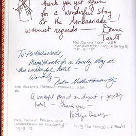 Aantekeningen van auteurs in het gastenboek; bovenaan Donna Tartt