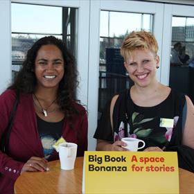 Minakschi Dwarka Chaube en Amanda Rozema van AKO als eersten aan de koffie.
