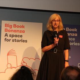 Pauline Gilbert, European Sales Director bij HarperCollins Publishers, deed de introductie van de presentaties.