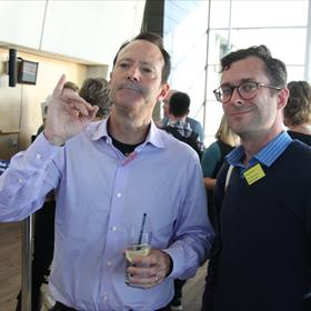 Jitse Verwer van The American Bookcenter (r)  met een medewerker HarperCollins.