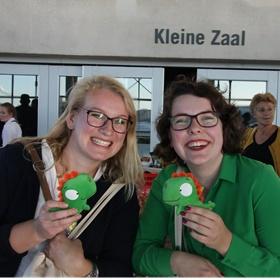Links Anne Marijke Huisman van boekhandel Van der Velde Sneek, rechts Monica Scholte van Van der Velde Drachten.