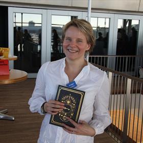Bridget Collins trots met haar boek 'The Binding'.