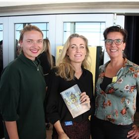 Sarah Meuleman met twee fans.