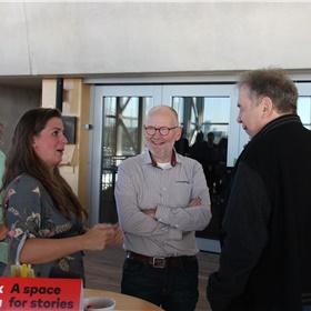 Maarten Spanjer kwam oeven langs. In gesprek met Yentl van de Par, accountbeheerder bij van Ditmar.