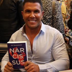 De debutanten signeerden hun boeken. Sol Bouzamour.