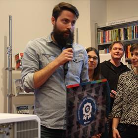 Senior editor Luitingh-Sijthoff Maarten Basjes nam de prijs voor Jay Kristoff  in ontvangst.