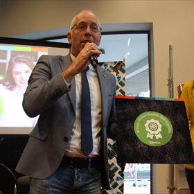 De Hebban Readers Clubprijs ging naaar 'Circe' van Madeline Miller. Wijnand van der Zwan (van Ditmar boekenimport) nam de prijs in ontvangst.