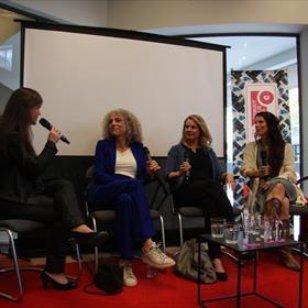 Nog even en de Hebban Debuutprijs kent een winnaar. Soraya Vink gaat in gesprek met de drie shortlist-auteurs: Antoinette Beumer, Herien Wensink en Sien Volders.