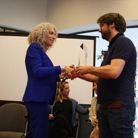 En de winnaar is... Antoinette Beumer! De jury was onder de indruk van Beumers vermogen om het schrijnende verhaal neer te zetten van een sterke en tegelijkertijd kwetsbare vrouw die het gevecht met de waanzin aangaat.