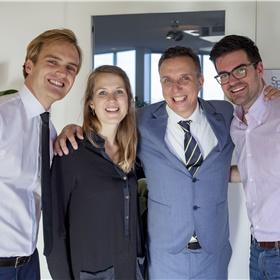 Oude collega's herenigd: v.l.n.r. Rik Kleuver (agent), Anne Moraal (eindredacteur Nooit meer slapen/schrijver), Paul Sebes (agent), Elco Lenstra (redacteur Hollands Diep)