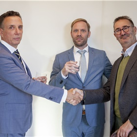 The Presidential Handshake: v.l.n.r. Paul Sebes, Willem Bisseling, Chris Herschdorfer (directeur Atlas Contact)