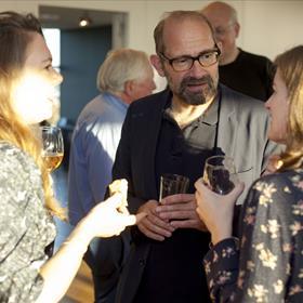 Netwerken. V.l.n.r. Flora Esterly (FSG Books US), Haye Koningsveld (Bezige Bij), Chelsey Heller (Aevitas Creative Management). Op de achtergrond Wodka- en sigarenman Jan Tjerk Mossel en zijn ghostwriter Ed van Eeden.