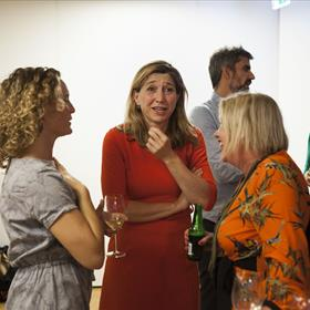 Niet iedereen vindt de grap even leuk. Jet Hopster, Tanja Hendriks (directeur Ambo Anthos) en Thille Dop (uitgever Luitingh Sijthoff Kind)