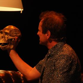 Het gordijn gaat open en Frank staart in gedachten verzonken naar een schedel.