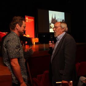 Dr. John de Vos, geoloog, is, net als Yra van Dijk (hoogleraar Nederlandse letterkunde), 'special guest'. John neemt meteen naMariëlle een boek in ontvangst.