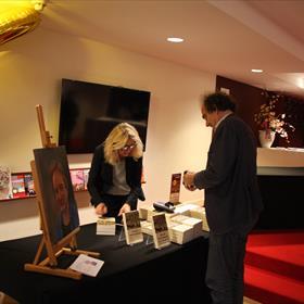 Willeke van der Meer van Boekhandel Kooyker verkoopt al snel na het einde van de presentatie de eerste boeken.
