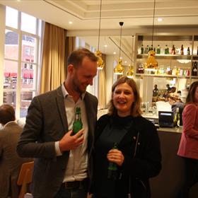 Josje Kraamer (redacteur Uitgeverij Querido) en Jesse Hoek (Manager verkoop en marketing Singel Uitgeverijen)