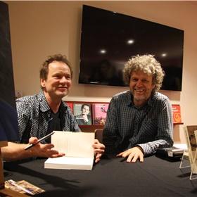 Het signeren is bijna klaar! Jeroen komt even bij Frank zitten.