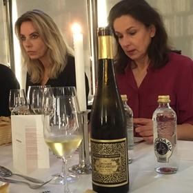 Journalist Barbelijn Bertram, links. Op de voorgrond Riesling-wijn uit de Pfalz, een cadeau van wijnexpert Marco Winterberg.