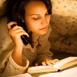 Een boek in bed